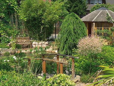 Магия воды и сегодня завораживает ценителей садового искусства.  Небольшой пруд, журчащий ручей, водопад.